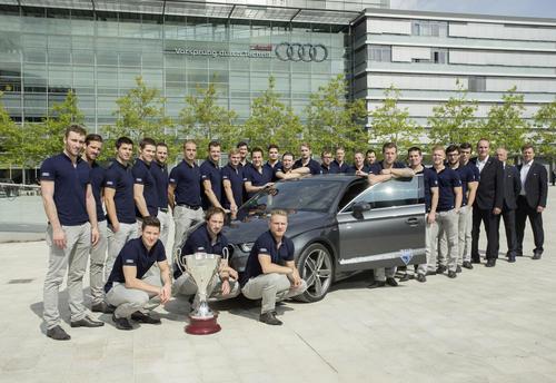Sportstars auf einer beeindruckenden automobilen und motorsportlichen Zeitreise: Spieler und Trainer des amtierenden deutschen Eishockey-Meisters ERC Ingolstadt haben  das museum mobile besucht.