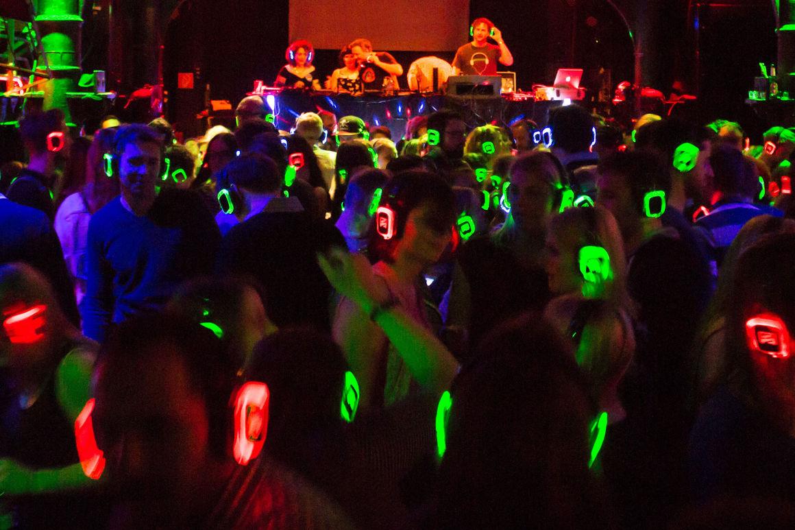 Tanz durch die Musikgenres bei der Kopfhörerparty im Audi Forum Neckarsulm