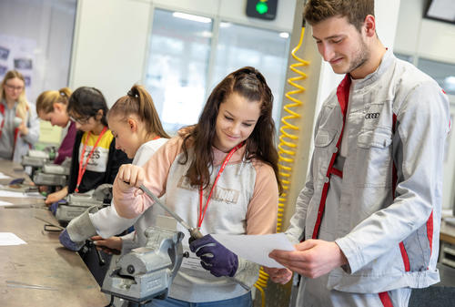Girls' Day at Audi: Schoolgirls experience technology