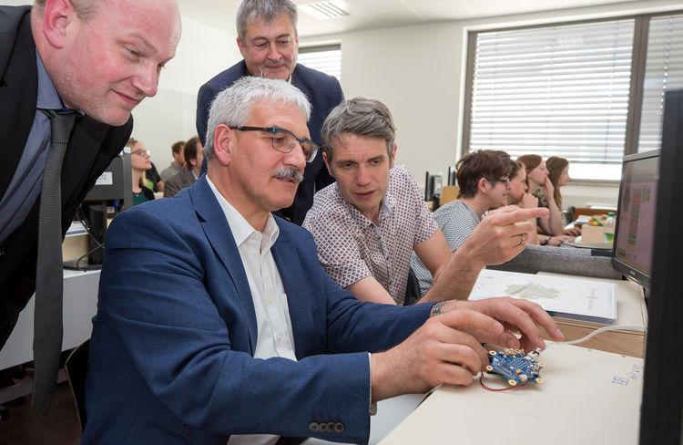 Mittelschulen bekommen Mini-Computer: Audi unterstützt digitales Lernen in der Region
