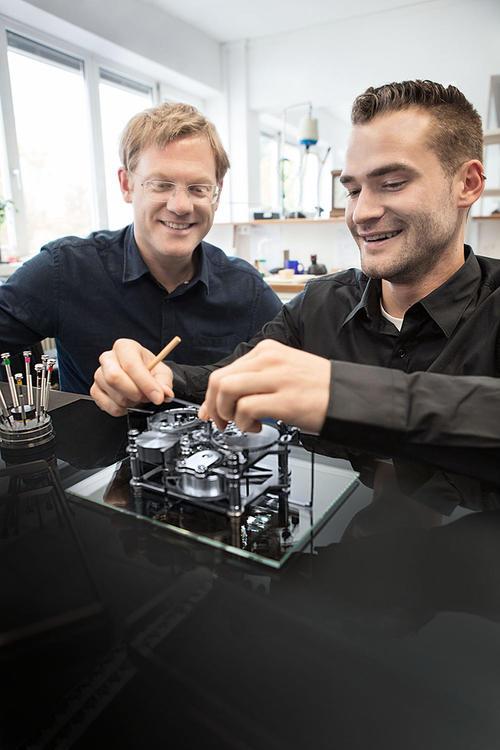 Zeitlose Technik: Erwin Sattler Tischuhr by Audi design