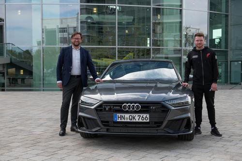 E-Sportler Danny ,Proownez' erhält neuen Dienstwagen im Audi Forum