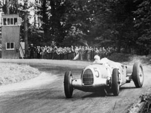 Bernd Rosemeyer siegte 1937 mit dem Auto Union Rennwagen Typ C 16-Zylinder (Start-Nr. 5) beim Grand Prix im Donington Park, Großbritannien