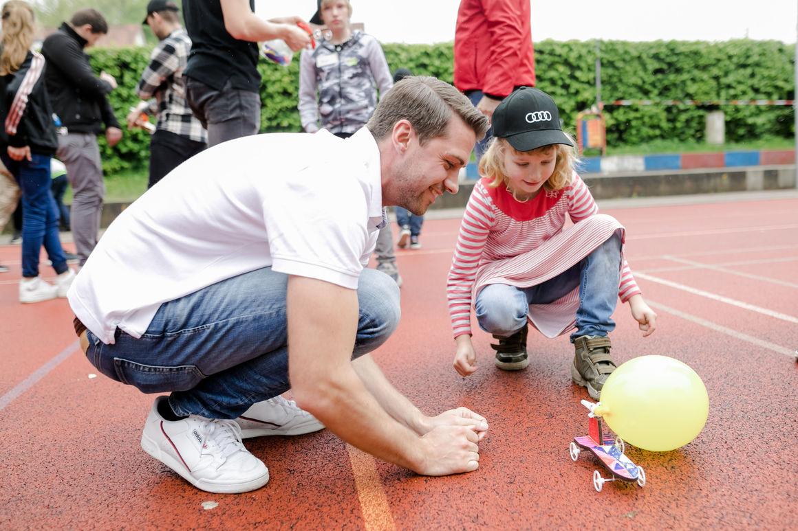 Kleine Raketentechniker dank Neckarsulmer Audi-Trainees
