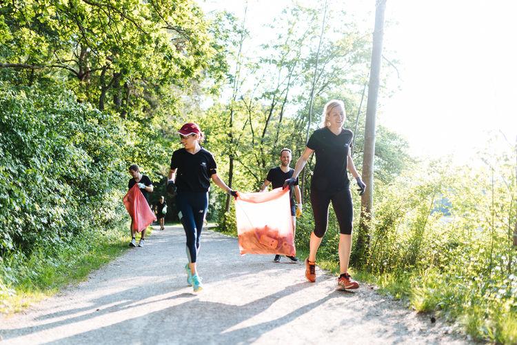 Cleanup am Auwaldsee: Audi Umweltstiftung verbindet Joggen mit Müllsammeln