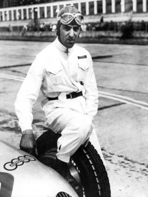 Tazio Nuvolari (geb. am 16. November 1892, gest. am 11. August 1953) ist mit 61 Grand Prix Siegen und internationalen Erfolgen einer der größten Rennfahrer aller Zeiten