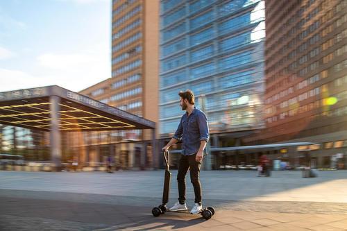 Audi kombiniert E-Scooter mit Skateboard