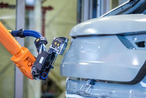 Gut für Umwelt und Mitarbeiter: Audi erprobt neues Abdichtverfahren in der Lackiererei
