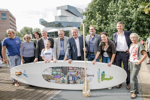 Audi-Umweltstiftung präsentiert Stand-up-Paddling-Board aus Plastikmüll