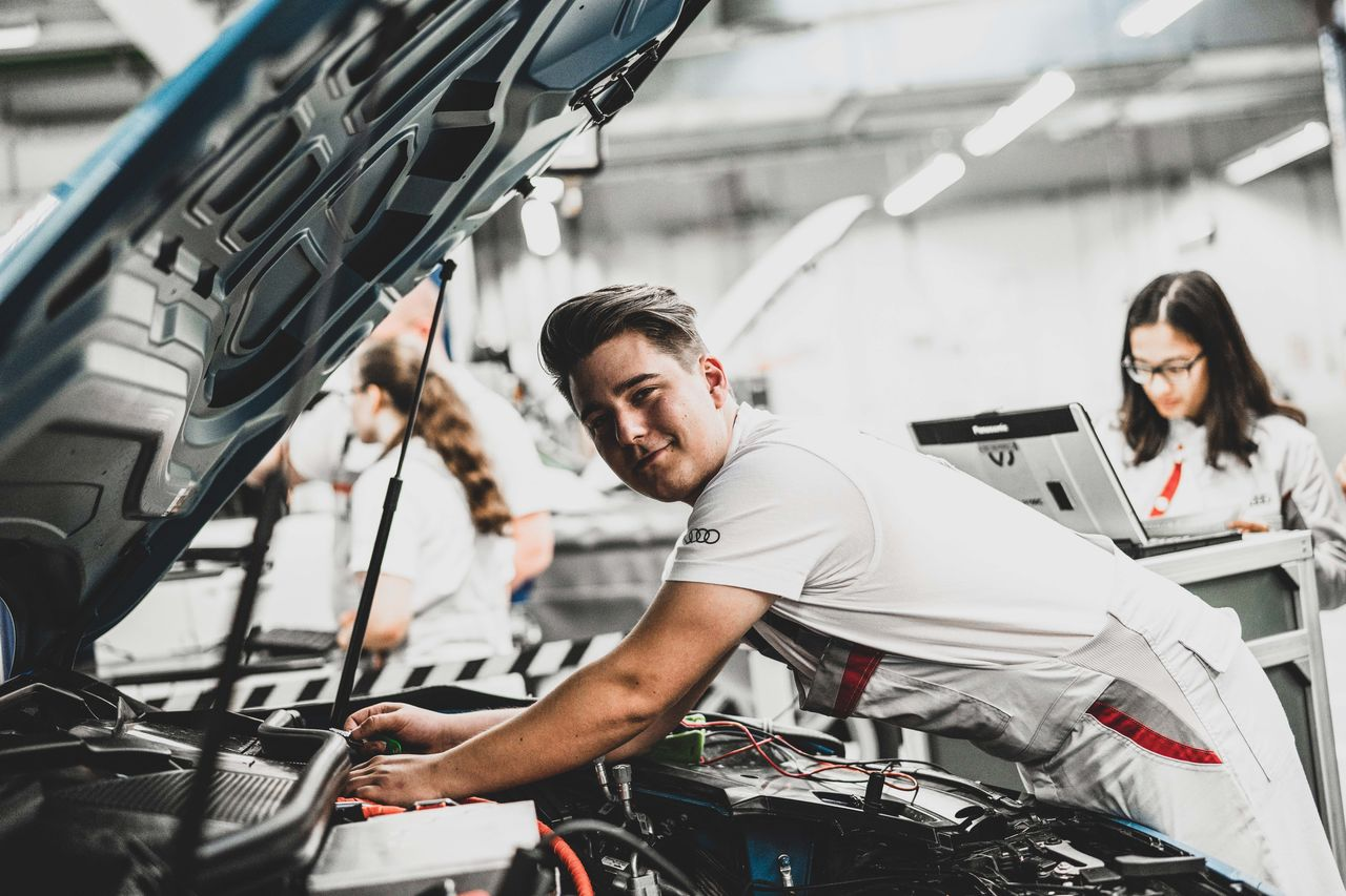Stream & Chat: Digital information weeks for apprenticeships at Audi