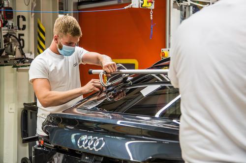 Mit der Maske in der Batteriemontage des Audi e-tron: Die Produktion von Audi Brussels ist Anfang Mai wieder angelaufen