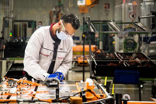 Mit Abstand und Maske: In Brüssel wird der Audi e-tron Sportback seit Anfang Mai unter der Einhaltung strenger Schutzmaßnahmen wieder produziert