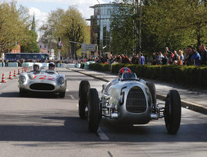 Attraktionen beim Donau Ring 2003 in Ingolstadt: Außer dem legendären Auto Union Rennwagen Typ C von 1936 (rechts) fuhr auch der Mille Miglia Siegerwagen von 1955, ein Mercedes 300 SLR (links), auf dem 1,6 Kilometer langen Altstadtkurs. Auf Einladung von Audi Tradition nahm Daimler-Chrysler Classic erstmals beim Donau Ring teil