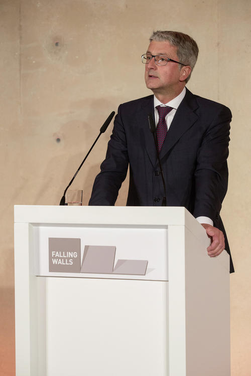"Audi CEO Stadler at Brandenburg Gate: ""finally tear down walls"""