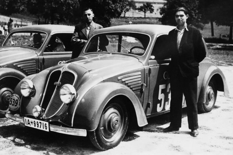 """DKW """"Schwebeklasse"""" saloon, 1000 cc, four-cylinder, two-stroke V-engine with two charge pumps, rear-wheel drive, 30 hp."""