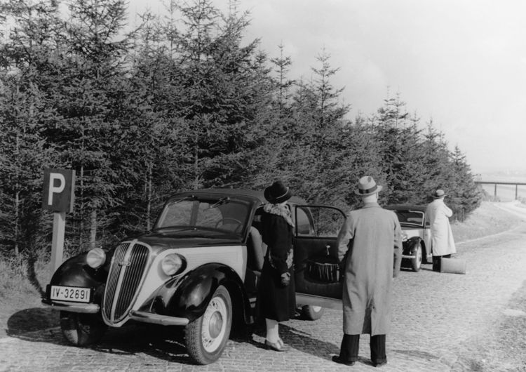 """DKW """"Sonderklasse"""" convertible saloon, 1054 cc, four-cylinder, two-stroke V-engine with two charge pumps, rear-wheel drive, 32 hp."""