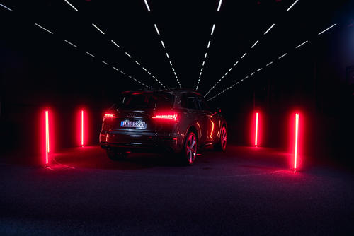 Audi Q5 40 TDI mit digitaler OLED im Audi Lichtkanal