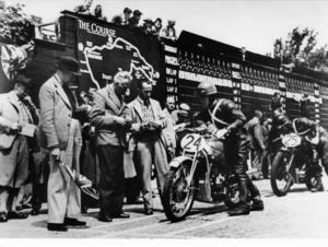 Start zum Rennen seines Lebens: DKW Werksfahrer Ewald Kluge (Nr. 24) gewann im Juni 1938 als erster Deutscher in der 250 ccm-Klasse auf der Isle of Man das schwierigste Motorradrennen der Welt